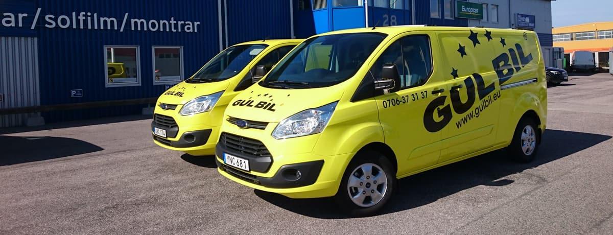 Två stycken gula transportbilar från Gulbil.eu